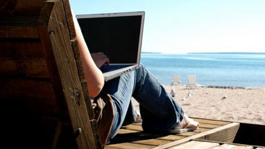 laptop-at-the-beach